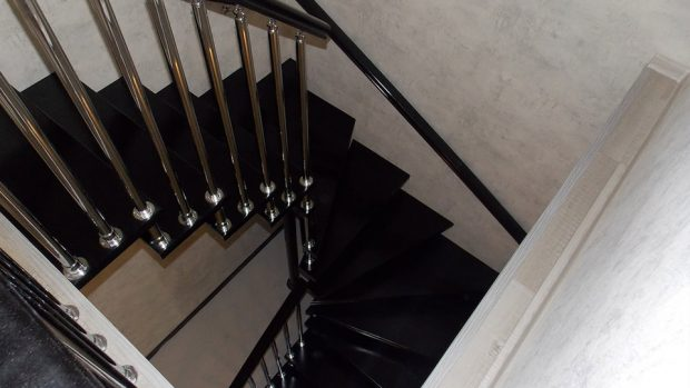Лестница с чёрными ступенями
