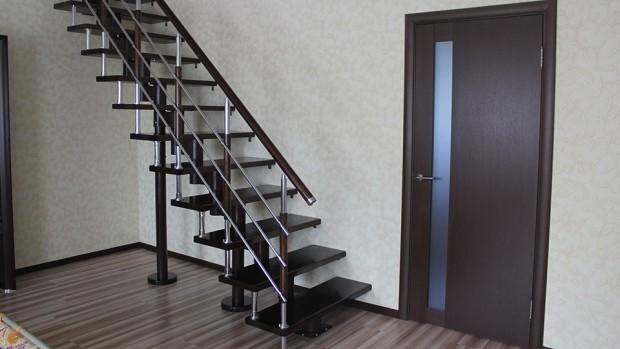 Прямая лестница с ригелем
