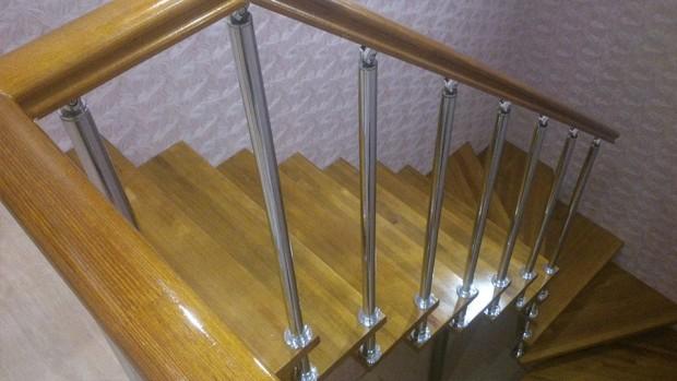 Лестница с хромированным балясинами