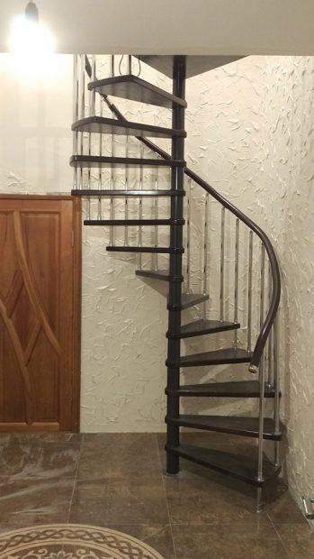 Лестница в углу комнаты возле двери