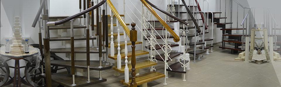 Большой выставочный зал с образцами лестниц в Могилёве