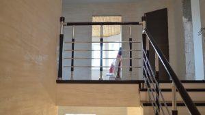 Балюстрада на втором этаже со столбами