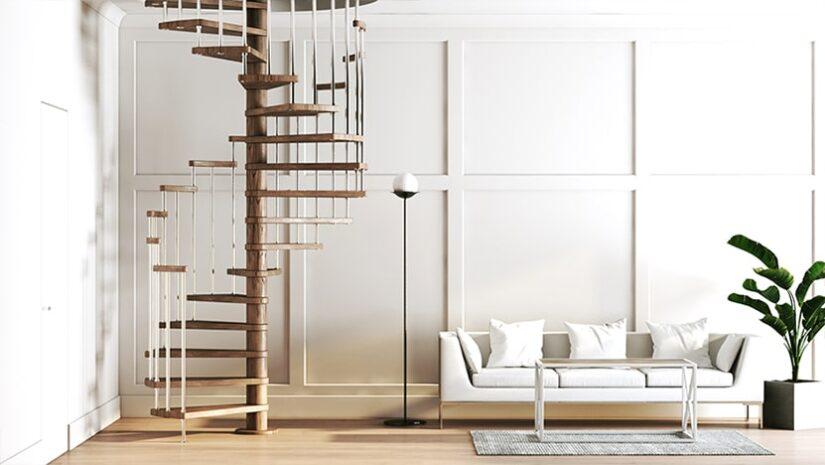 винтовая лестница с деревянным поручнем и стойками из нержавеющей стали